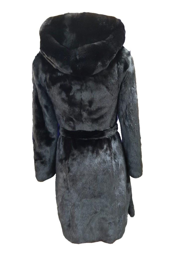 Пальто женское из меха норки с капюшоном и поясом.