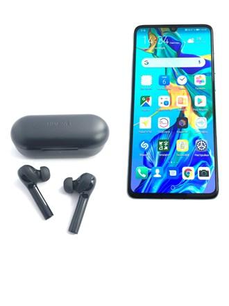 Телефон и наушники Huawei